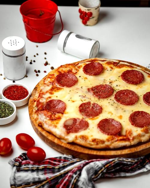 Pizza Salami Garnie D'herbes Séchées Photo gratuit