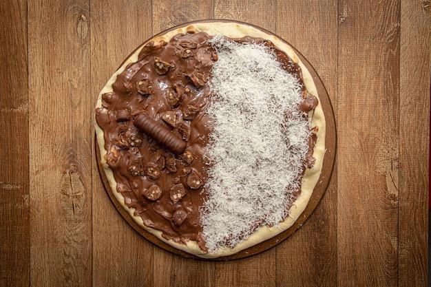 Pizza sucrée au chocolat et à la noix de coco râpée. vue de dessus. Photo Premium
