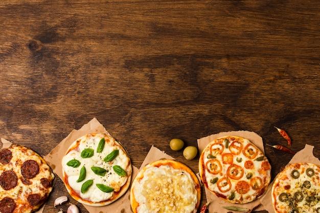 Pizza sur table en bois avec espace de copie Photo gratuit