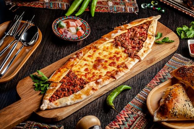 Pizza turque pita avec une farce différente. Photo Premium