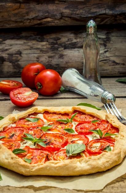Pizza végétarienne. mise au point sélective. nature bio nourriture. Photo Premium