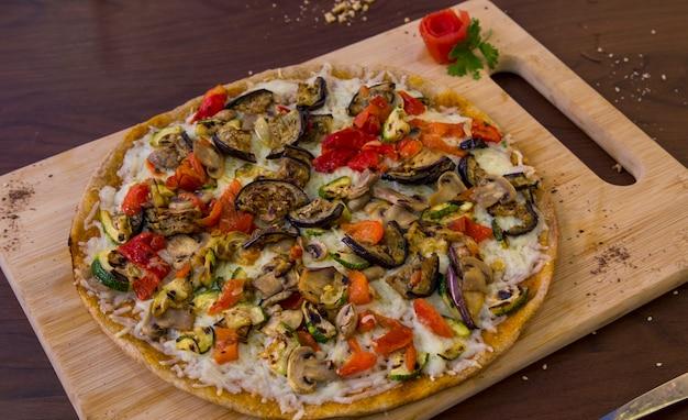Pizza végétarienne saine aux légumes et aux champignons à grains entiers Photo Premium