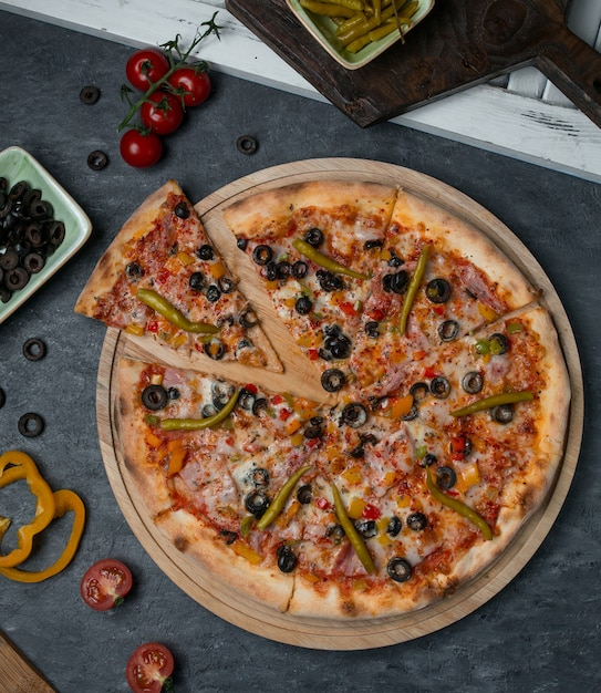 Pizza vue de dessus mélange d'ingrédients coupés en tranches. Photo gratuit