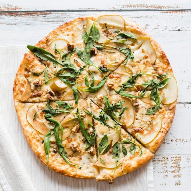 Pizza vue de dessus sur une table blanche Photo gratuit