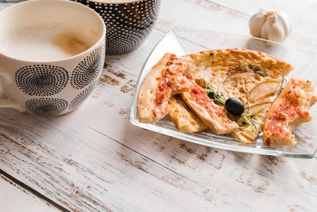 Pizza Vue Du Dessus Avec Une Tasse De Café Photo gratuit