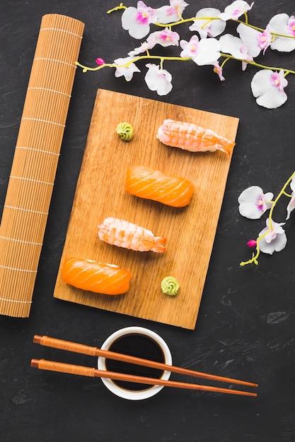 Placage De Sushi Et Fleur De Sakura Photo gratuit