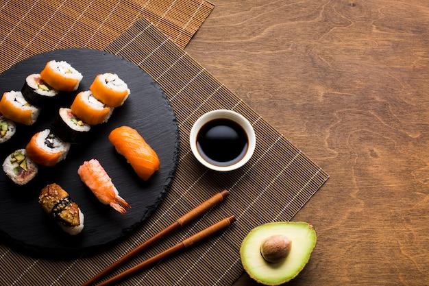 Placage de sushi sur la natte de bambou Photo gratuit