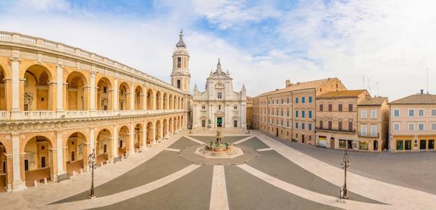 Place de lorette, basilica della santa casa en journée ensoleillée Photo Premium