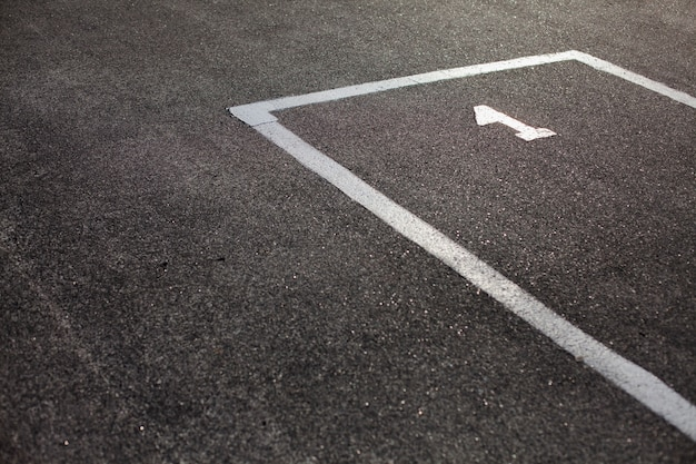 Place de parking marquée sur l'asphalte Photo gratuit