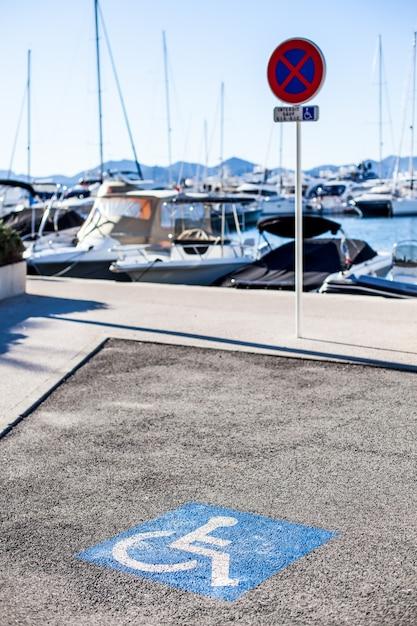 Place de parking pour handicapés, carré bleu sur asphalte Photo Premium