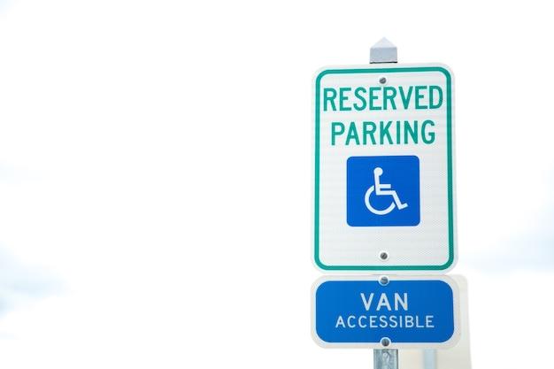 Place de parking pour personnes à mobilité réduite et panneau d'accès pour fauteuils roulants et enseigne accessible en van à boston. Photo Premium