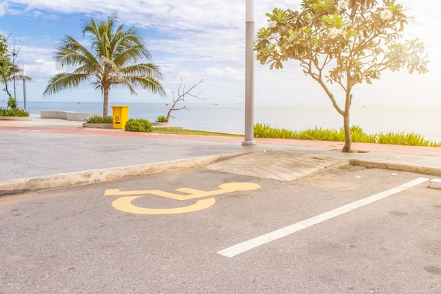 Place De Parking Pour Personnes à Mobilité Réduite Avec Symbole Handicap Sur L'asphalte Réservé Aux Personnes Handicapées Photo Premium