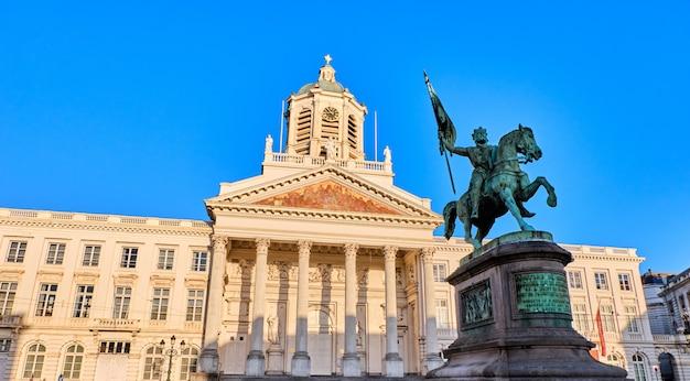 Place royale avec la statue de godefroid à bruxelles, en belgique Photo Premium