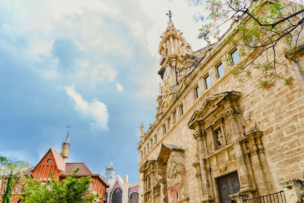 Place touristique du marché central de valence vue sur les toits des immeubles un jour avec nuages Photo Premium