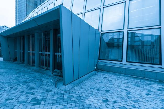 Place vide et immeuble de bureaux moderne, qingdao, chine Photo Premium