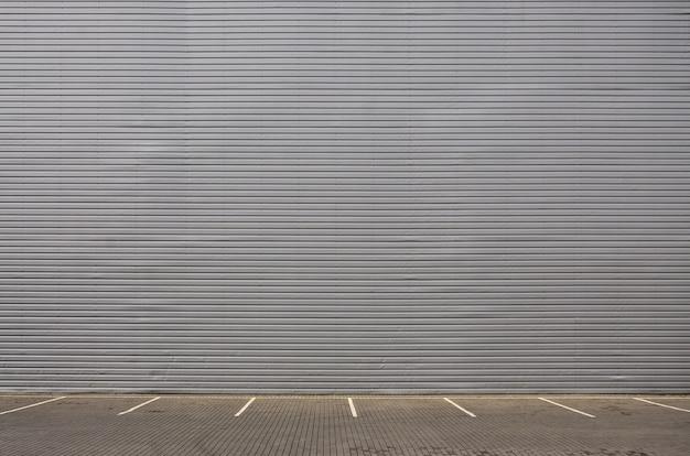 Places de stationnement vides sur le fond d'un mur en métal Photo Premium