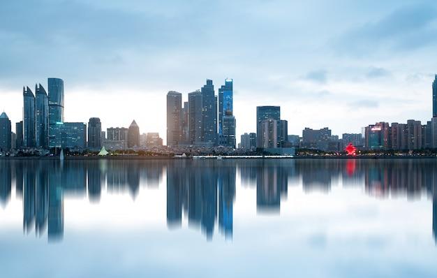 Plage et bel horizon de la ville la nuit, qingdao, chine Photo Premium