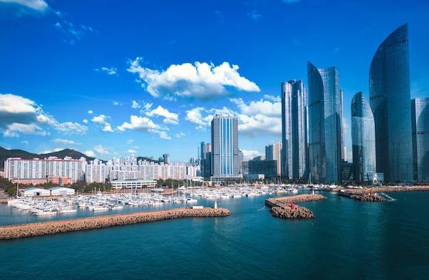 Plage Avec Embarcadère De Yacht Pendant La Journée à Busan, Corée Du Sud Photo Premium