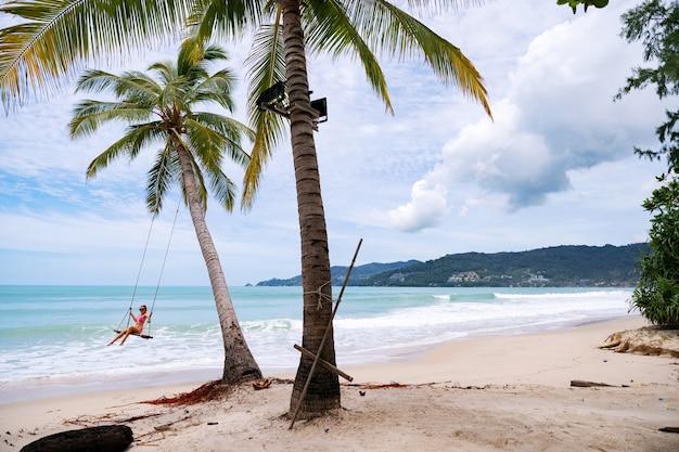 Plage D'été Avec Des Palmiers Autour De La Plage De Patong île De Phuket En Thaïlande, Belle Plage Tropicale Avec Un Ciel Bleu En Saison Estivale. Photo Premium