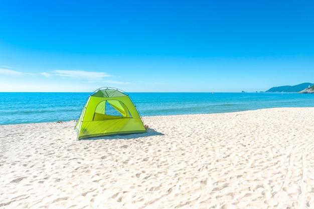Plage De Haeundae Et Camping Sur Le Paysage De Détente à La Lumière Du Soleil En été à Busan En Corée. Photo Premium
