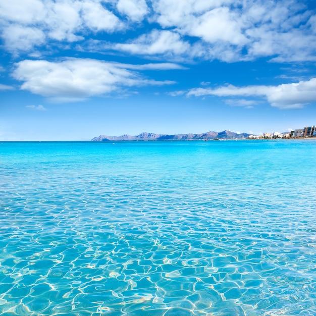 Plage de mallorca can picafort dans la baie d'alcudia à majorque Photo Premium