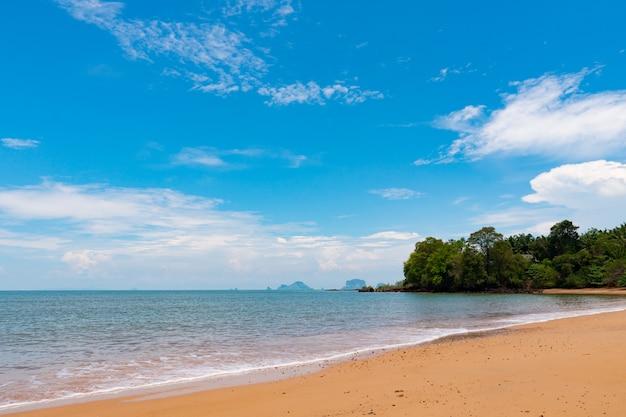 Plage, mer d'île pendant la saison estivale. Photo Premium