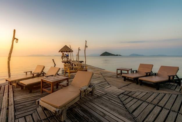 Plage paradisiaque d'été parfaite avec chaises longues au complexe de phuket, thaïlande Photo Premium