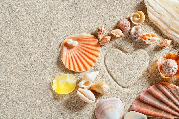 Plage sable blanc forme de coeur impression vacances d'été Photo Premium