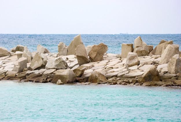 Plage de sable blanc et mer de vagues bleues à la plage de shirahama. Photo Premium