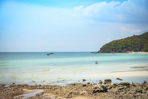 Plage sable mer tropicale été île bleu eau ciel lumineux avec fond de colline Photo Premium