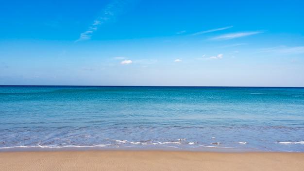 Plage de sable tropicale avec océan bleu et ciel bleu Photo Premium