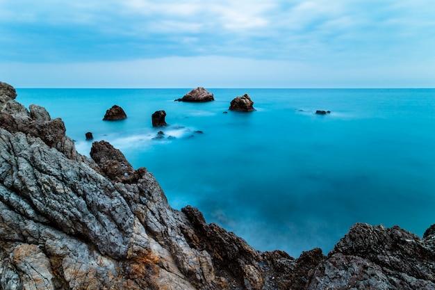 Plage de la torre de la sal, casares, malaga, espagne Photo Premium