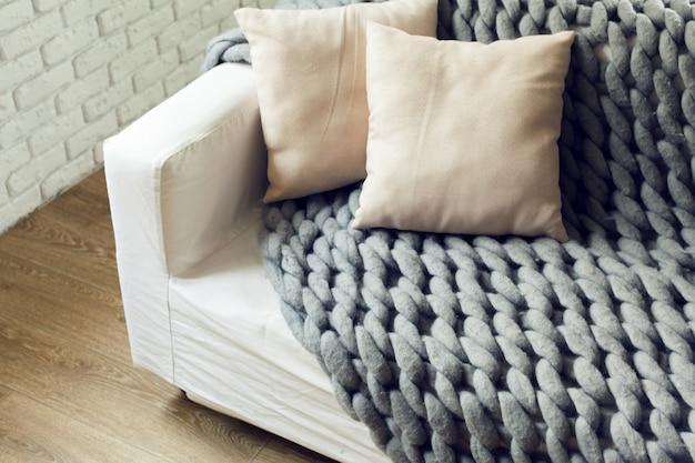 Plaid géant en maille grise avec oreillers Photo Premium