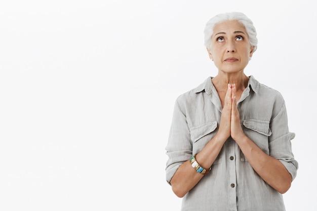 Plaidant Senior Lady En Levant, Main Dans La Main Pour Prier, Suppliant Photo gratuit