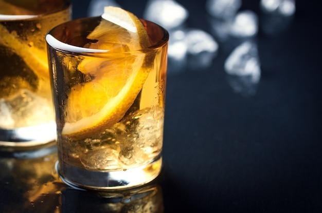 Plan d'un alcool avec une tranche de citron Photo gratuit