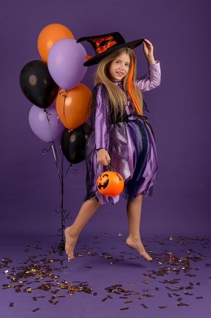Plan Complet De Belle Fille Avec Costume De Sorcière Photo gratuit