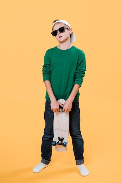 Plan Complet D'un Garçon Moderne Avec Planche à Roulettes Photo gratuit