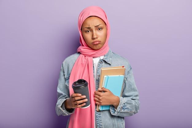 Plan Horizontal D'une Femme Arabe Triste Se Sent Mécontente Et Fatiguée Après De Longues Heures D'étude Photo gratuit