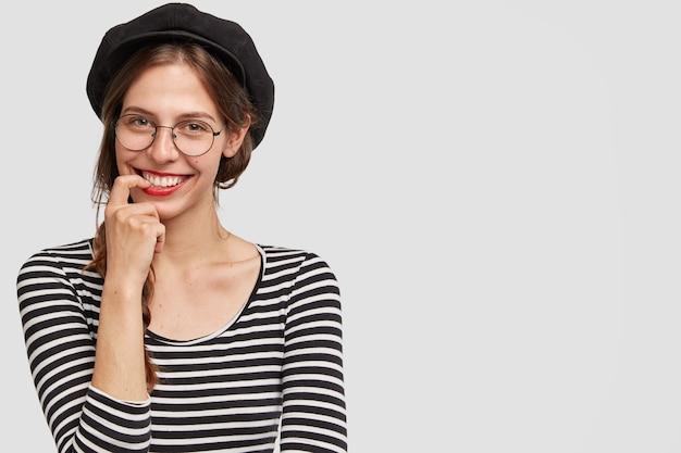 Plan Intérieur D'une Enseignante Parisienne Positive De Français, De Bonne Humeur, Tout Comme Les Vacances D'été Photo gratuit