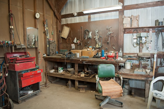 Plan Large De L'établi D'une Ancienne Grange Avec Différents Types D'outils Photo gratuit
