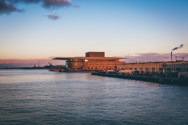 Plan Large De L'opéra De Copenhague Et Des Marchés De L'alimentation De Rue Au Bord De L'eau Photo gratuit