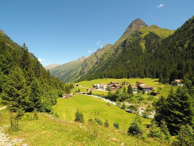 Plan Large D'une Vallée De Montagne Photo gratuit