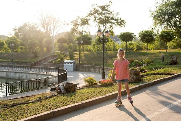 Plan long d'une fille avec des patins à roues alignées Photo gratuit