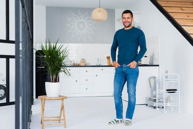 Plan long d'un homme en vêtements bleus à l'intérieur Photo gratuit