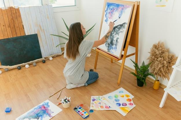 Plan Long De La Peinture Abstraite De L'artiste Sur Toile Photo Premium
