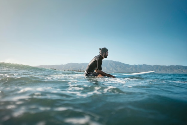 Plan Long De Surfeur Dans L'eau Photo gratuit