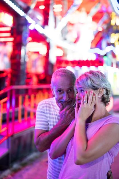 Plan Moyen Adultes Au Parc D'attractions Photo gratuit
