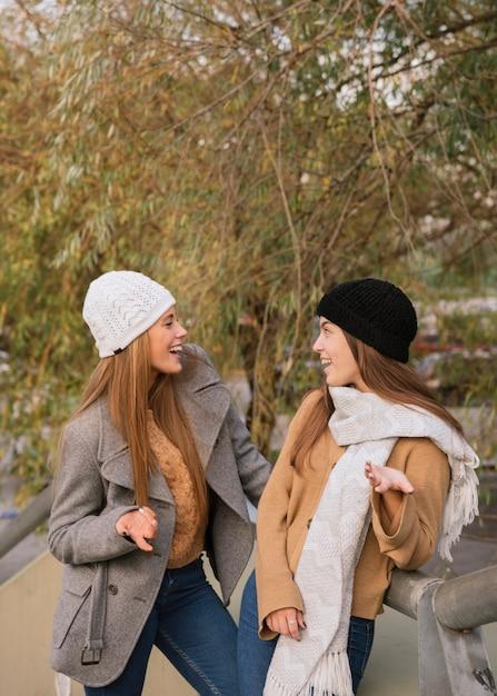 Plan moyen de deux femmes parlant dans le parc Photo gratuit