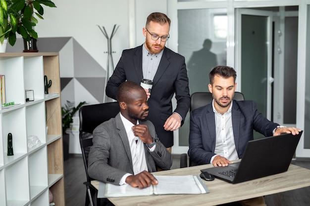 Plan moyen d'employés en train de discuter Photo gratuit