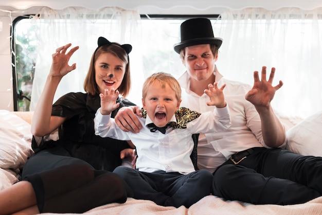 Plan Moyen Famille Assis Dans Son Lit Photo gratuit